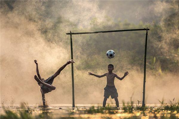 梦见踢足球是什么意思