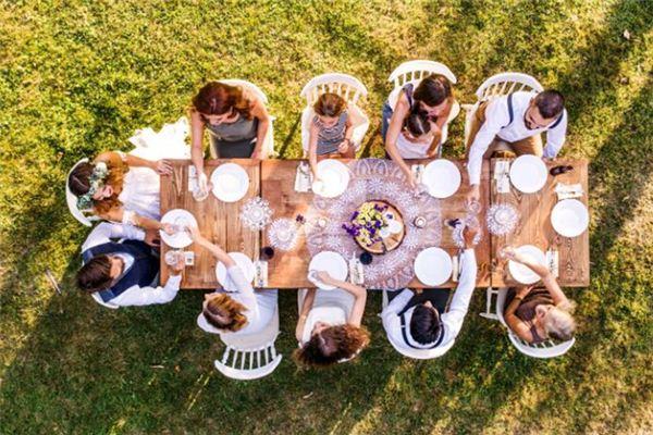 梦见一家人在一起吃饭