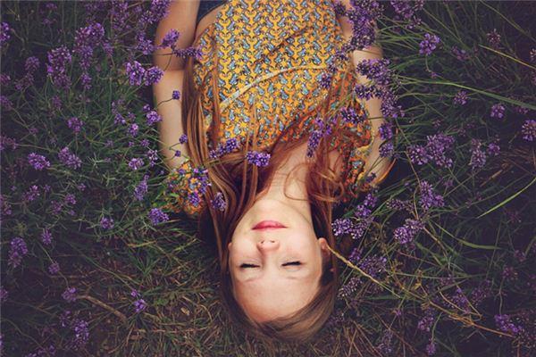 梦见家里长草是什么意思