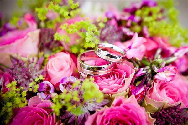 梦见结婚戒指是什么意思