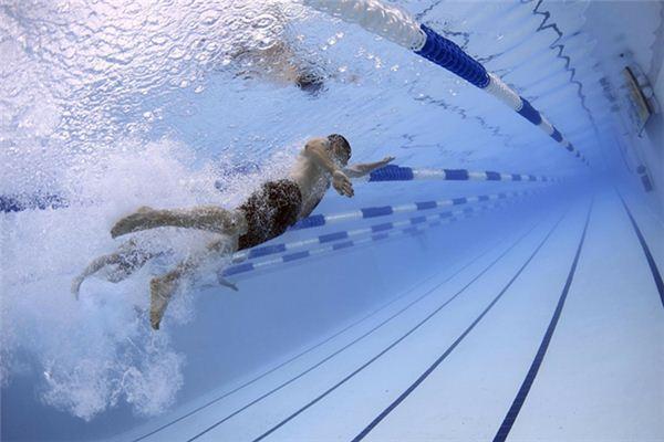 梦见游泳呛水是什么意思