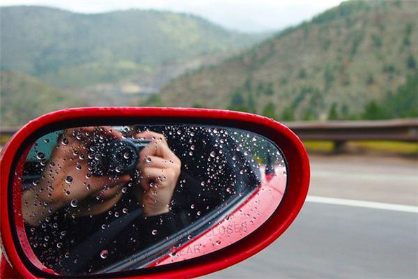 梦见下雨开车是什么意思