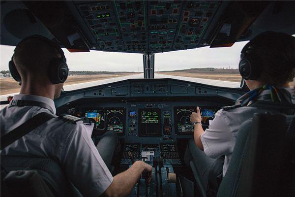 梦见自己驾驶飞机