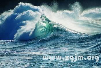 梦见自己掉进海里