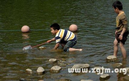 梦见河里捞鱼