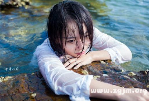 梦见别人掉进河里