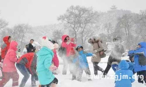 梦见和朋友一起打雪仗
