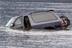 梦见汽车掉水里
